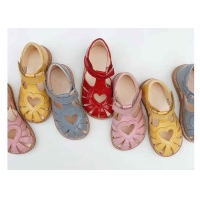 China Soft Kids Shoes Girls Sandals Close Toe Flat Sandals with Cute Heart Print on sale