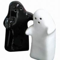 Wholesale Black and white hug man shaped salt and pepper shaker in gift box with ribbon and thanking card from china suppliers